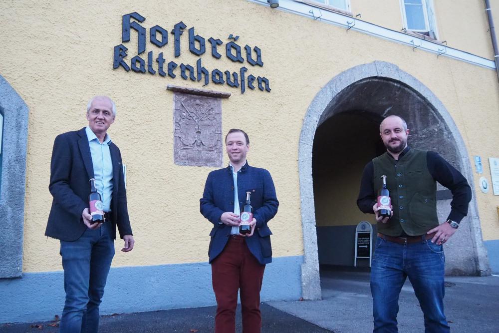 Günther Hinterholzervon der Brau Union, Bräustübl-Wirt Gerhard Litzlbauer und Braumeister Martin Simion (v. l. n. r.).