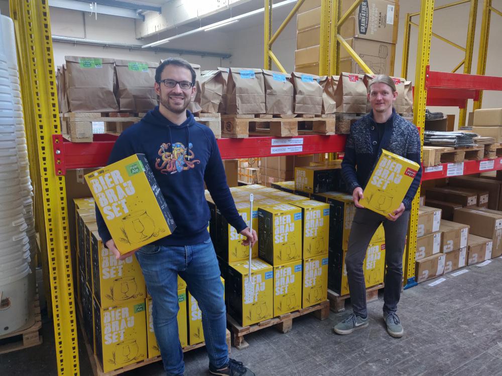Alexander Beinhauer und Johannes Grohs mit ihren Bierbrausets für zu Hause.