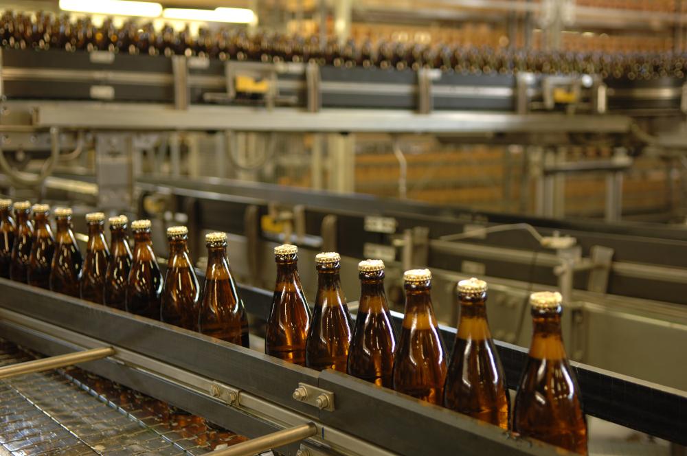 Mehrwegflaschen auf dem Fließband einer Brauerei.